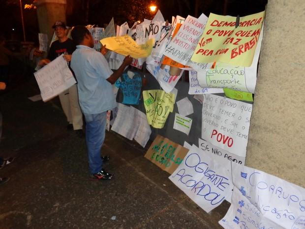 Cartazes são afixados após fim do protesto ocorrido em Limeira nesta quinta (Foto: Raphael Justino/colaboração para o G1)