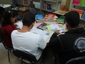 Jovem do sistema socieducativo do DF recebendo aula  (Foto: Hmenon Oliveira/Divulgação)