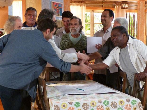 Acordo fechado: salineiros aceitam a proposta para trabalhar na mina (Foto: Flor do Caribe / TV Globo)
