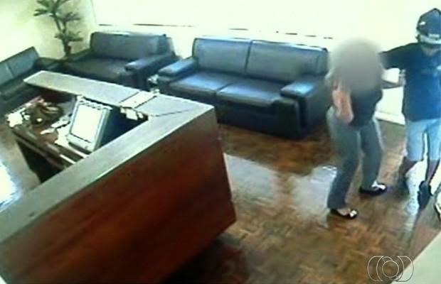 Funcionária foi agredida e estuprada em escritório de advocacia em Anápolis, Goiás (Foto: Reprodução/TV Anhanguera)
