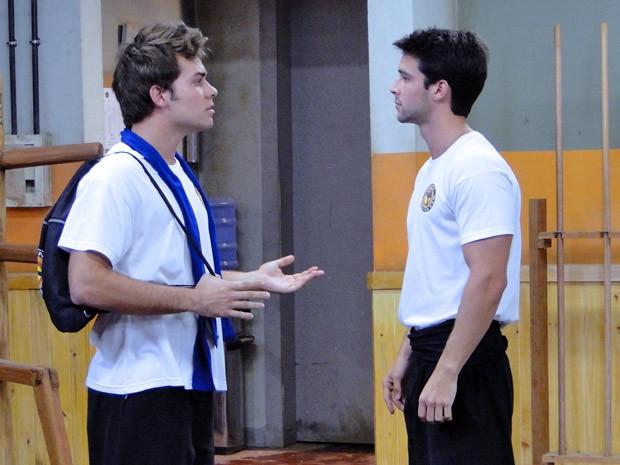 Nando diz a Betão que ele vai treinar com Gabriel e o lutador não gosta (Foto: Malhação / Tv Globo)