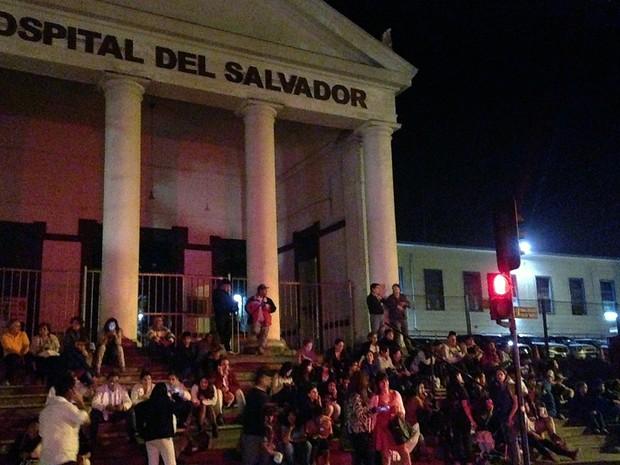 Moradores se reúnem na rua em frente ao Hospital d'El Salvador, no Chile, após um forte terremoto atingir a costa do país e autoridades emitirem alerta de tsunami.. (Foto: Francesco Degasperi/AFP)