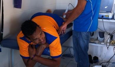 Valdo lesionado (Foto: Felipe Martins)