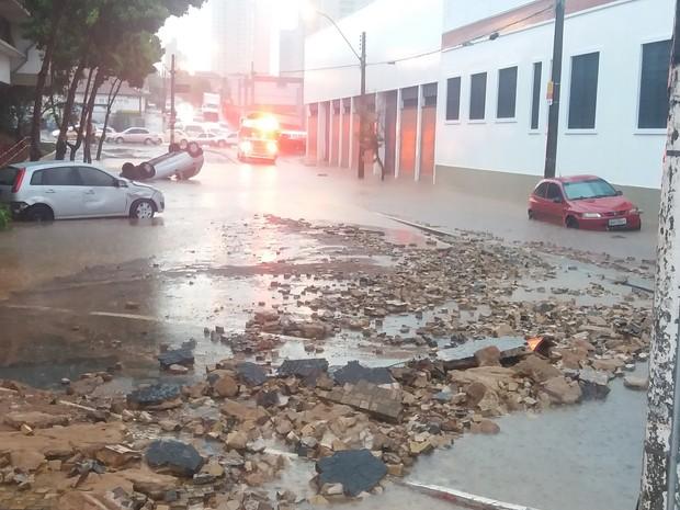 Carros que foram arrastados pela enxurrada em Piracicaba (Foto: Hildeberto Jr./G1)