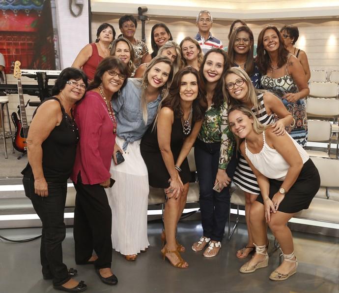 Apresentadora em foto com os participantes da plateia (Foto: Raphael Dias/Gshow)