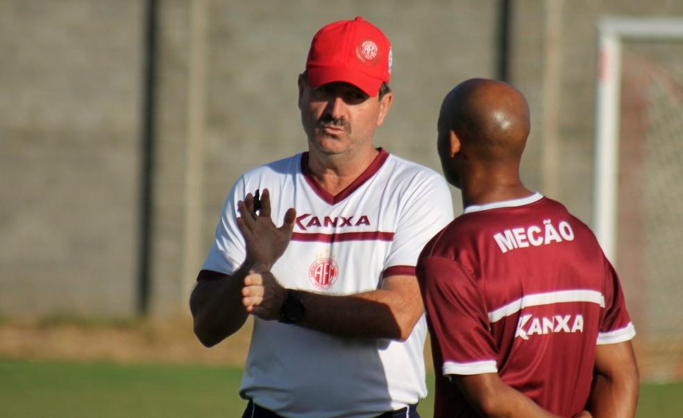 Poupado devido a uma gripe, Cascata conversa com Leandro Campos na Arena América (Foto: Canindé Pereira/América FC)