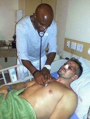 Anderson Silva visita Maldonado no hospital (Foto: Reprodução / Facebook Oficial)