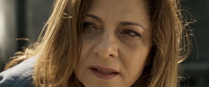 Ainda tonta da prova, Cecília fica incrédula com o que vê (Foto: TV Globo)