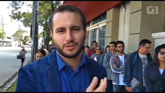 Profissionais e estudantes fazem fila para entrar em feira de emprego e de estágio em Curitiba