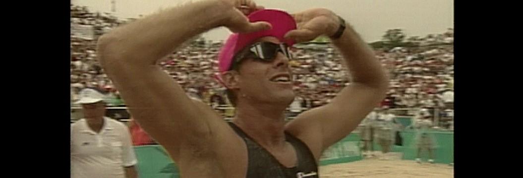 Karch Kiraly é o único jogador de vôlei campeão olímpico na quadra e na praia