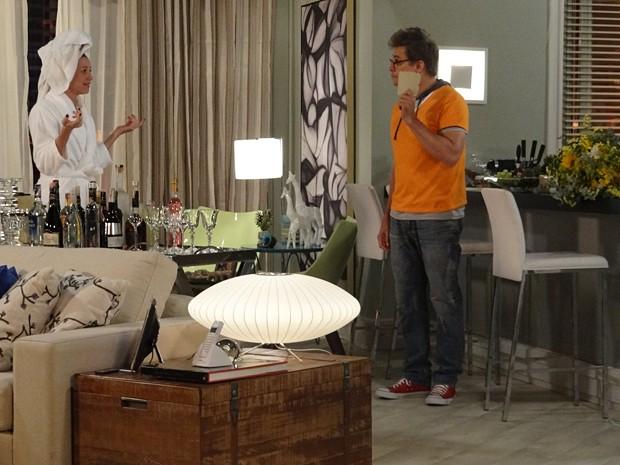 Felipe discute com Vânia por ciúme das flores de Zenon (Foto: Guerra dos Sexos/TV Globo)