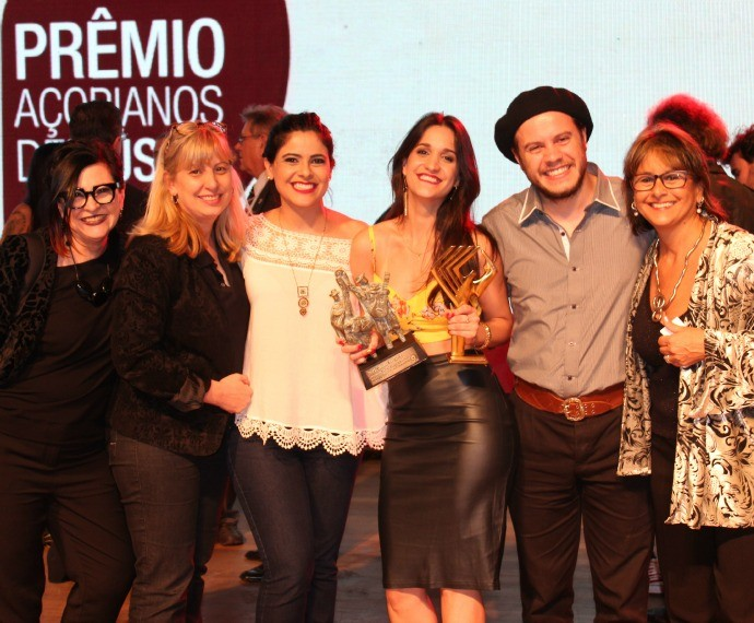 Equipe do Galpão Crioulo com Alana Moraes e Gabriel Selvage (Foto: Divulgação/RBS TV)