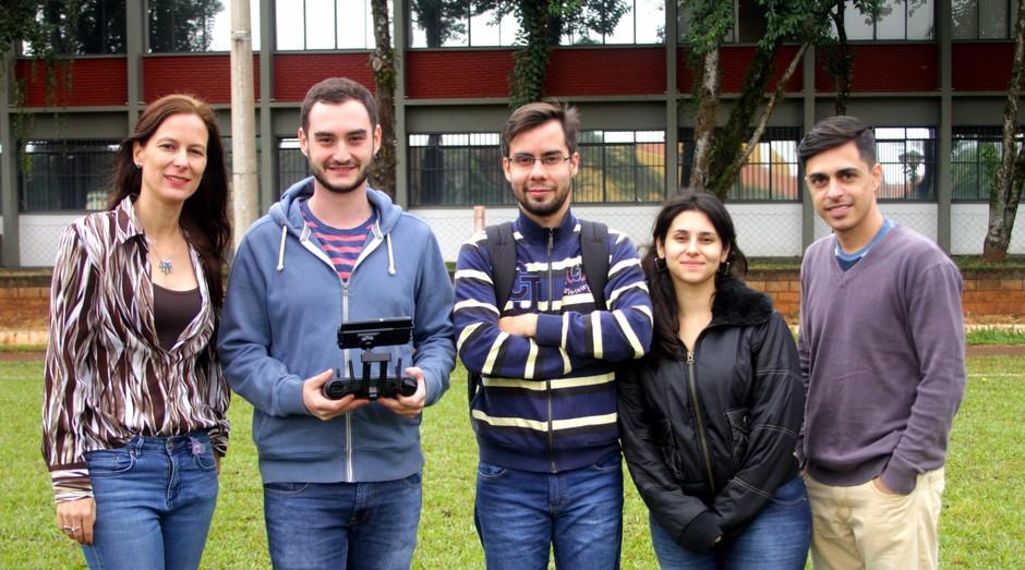 A professora Kalinka (à esquerda) e alguns de seus orientandos realizam testes usando drones (Foto: Reinaldo Mizutani)