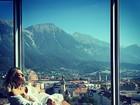 Giovanna Ewbank posa só de roupão com paisagem paradisíaca ao fundo