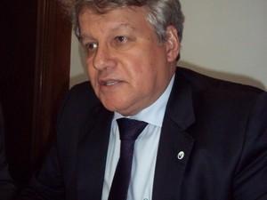O presidente da Eletrobrás, José da Costa Carvalho Neto, fala à imprensa nesta segunda-feira (8) (Foto: Lilian Quaino/G1)