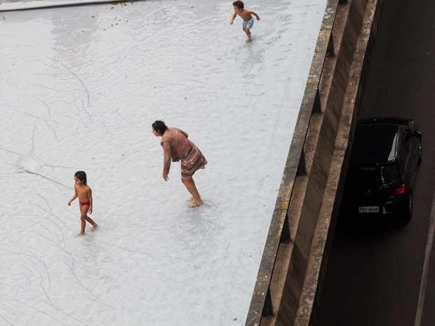 Arquiteta instala piscina no Minhocão (Foto: Victor Moriyama/G1)