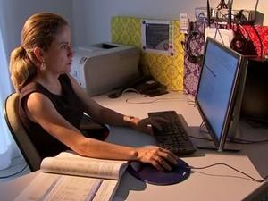 Isabel ficou ainda mais interessada em ler os contos depois da descoberta (Foto: Reprodução/TV TEM)
