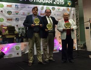 Dirigentes do América-RN recebem troféus de jogadores (Foto: Klênyo Galvão/GloboEsporte.com)