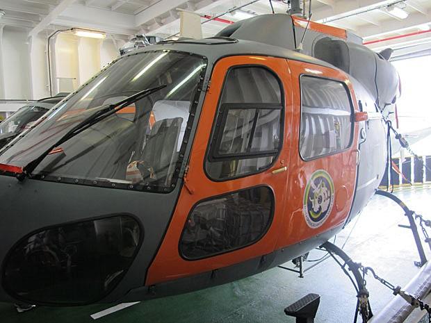 Helicóptero usado durante a missão da Marinha na Antártica é guardado em navio polar (Foto: Eduardo Carvalho/G1)