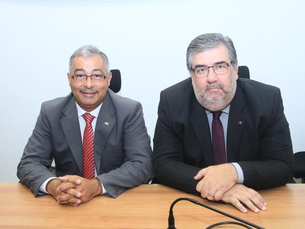 Carlos Augusto Monteiro com o vice-presidente da OAB, Silvio Costa, durante entrevista coletiva (Foto: Latino / OAB)