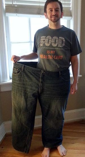 Em maio de 2014, Benji Kurtz entrou em uma das pernas do maior jeans que já usou (Foto: Reprodução/Facebook)