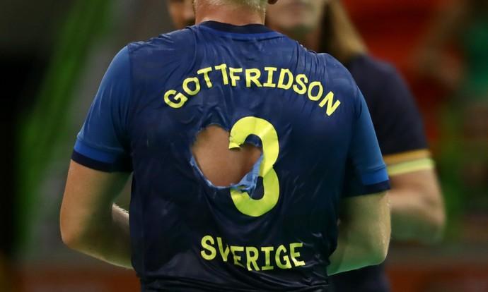 Lukas Nilsson camisa rasgada handebol (Foto: EFE/EPA/MARIJAN MURAT)