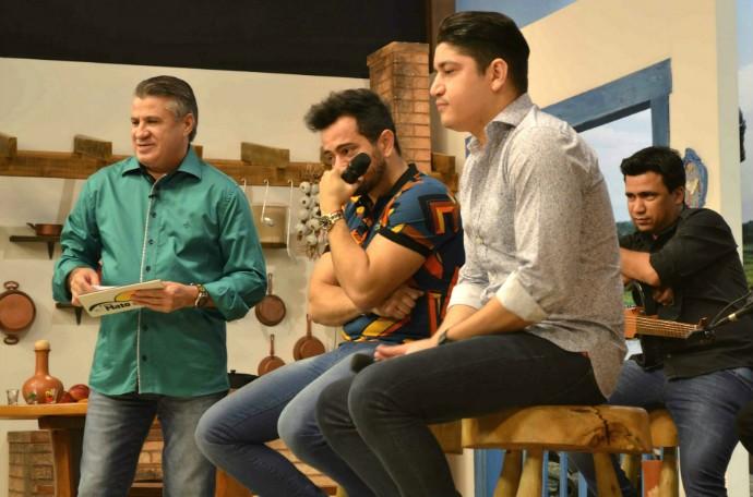 Henrique e Diego se emocionam com a supresa feita pela equipe do É Bem Mato Grosso (Foto: Luana Daubian/TVCA)