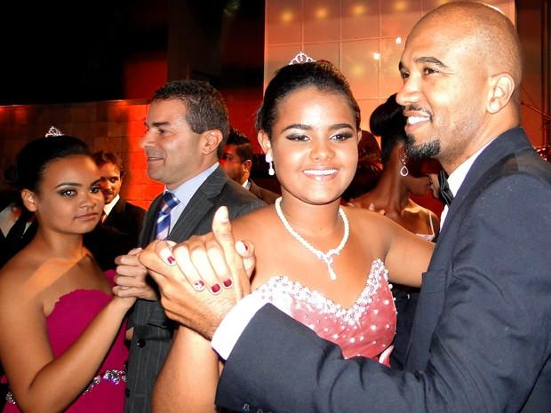 Meninas também dançaram valsa com padrinhos, entre eles o rapper Flávio Renegado (Foto: Raquel Freitas/G1)