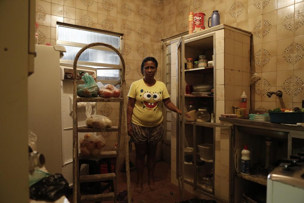 Pensionista mostra alimentos que recebe de doação (Foto: Marcos Serra Lima/ G1)