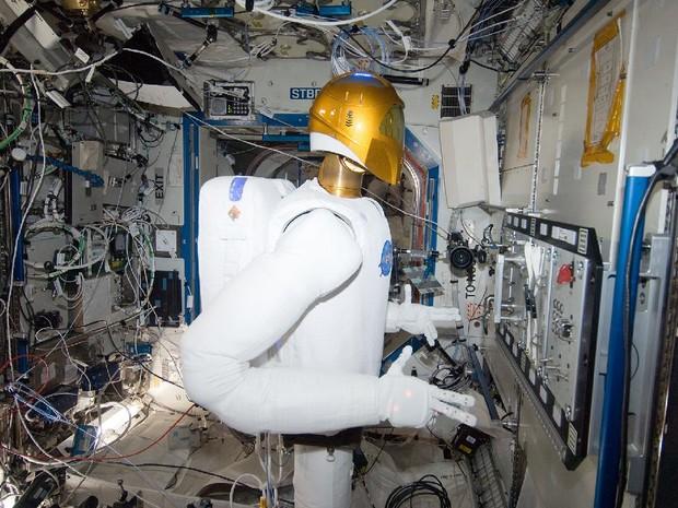 Robonauta realiza tarefas na Estação Espacial Internacional (Foto: Nasa)