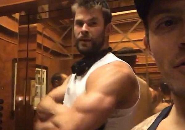 O ator Chris Hemsworth mostra os músculos em selfie de um fã (Foto: Reprodução)