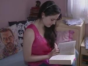 Isadora lê cerca de 40 livros por ano (Foto: Reprodução/RBS TV)