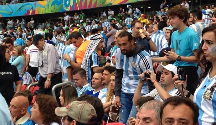 Atacante Hernán Barcos entre os torcedores da Argentina no Beira-Rio (Foto: Paula Menezes / GloboEsporte.com)