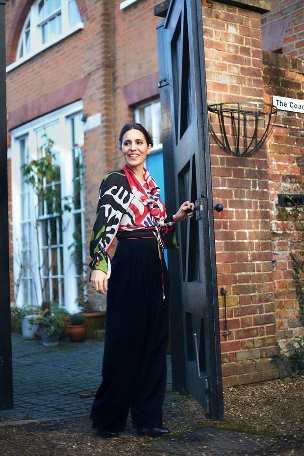 Carolina na porta de sua casa, nos arredores de Londres. Ela usa blusa Vivienne Westwood, calça Escada e sapatos Céline (Foto: Joe Hunt)