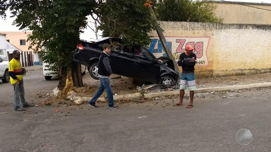 Motorista perde controle de carro e veículo fica preso entre árvore e poste na BA