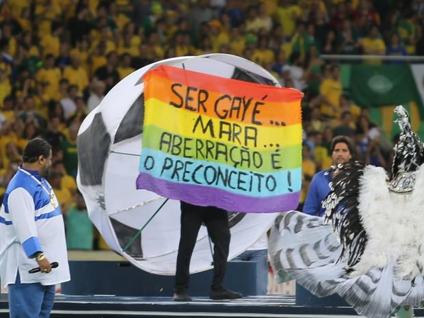 Faixa em defesa dos homossexuais foi mostrada por Tietre no encerramento da Copa das Confederações (Foto: Nilton Fukuda/AE)