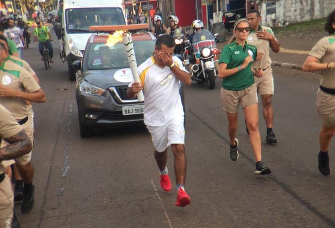 Tocha condutor emocionado Foz do Iguaçu (Foto: Pedro Veríssimo)