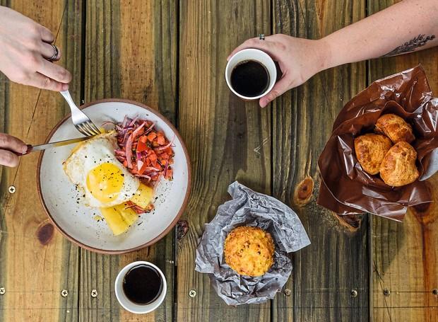 Café da manhã da Comedoria Gonzales, no Mercado de Pinheiros: mandioca cozida (com ovo por cima e vinagrete), huminta e pãezinhos de queijo (Foto: Lucas Terribili / Divulgação)