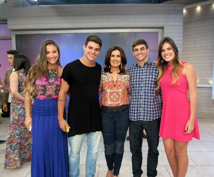 Fátima com os convidados gêmeos, Antônio e Manuel, e suas namoradas (Foto: Viviane Figueiredo Neto/Gshow)