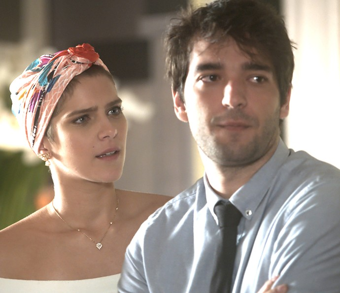 Letícia fica murcha por namorado não estar feliz com o noivado (Foto: TV Globo)
