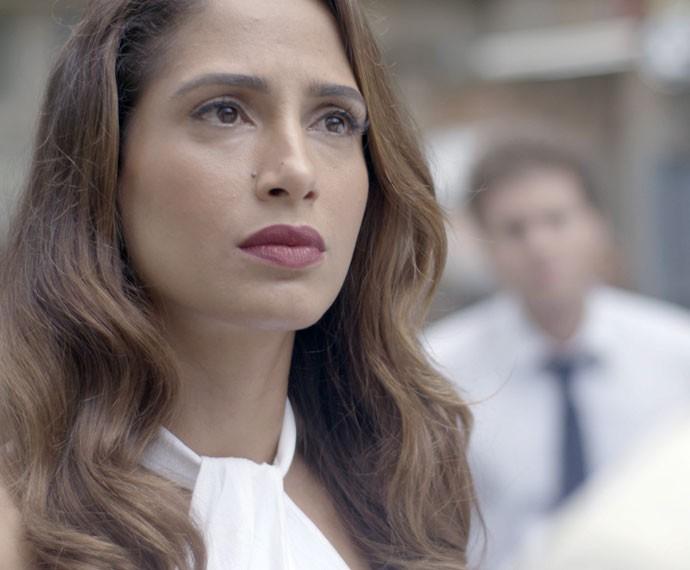 Regina não gosta nada da reação do namorado (Foto: TV Globo)