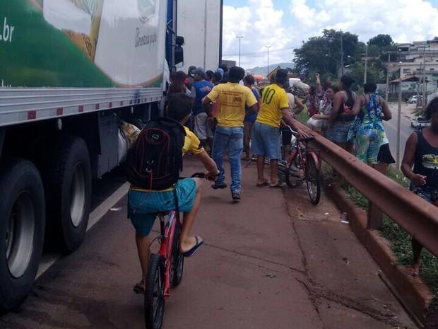 Cargas paradas em bloqueios em rodovia de Betim (MG) foram saqueadas; transportadores também apontam perdas com produtos estragados (Foto: Grupo Cantu / Divulgação)