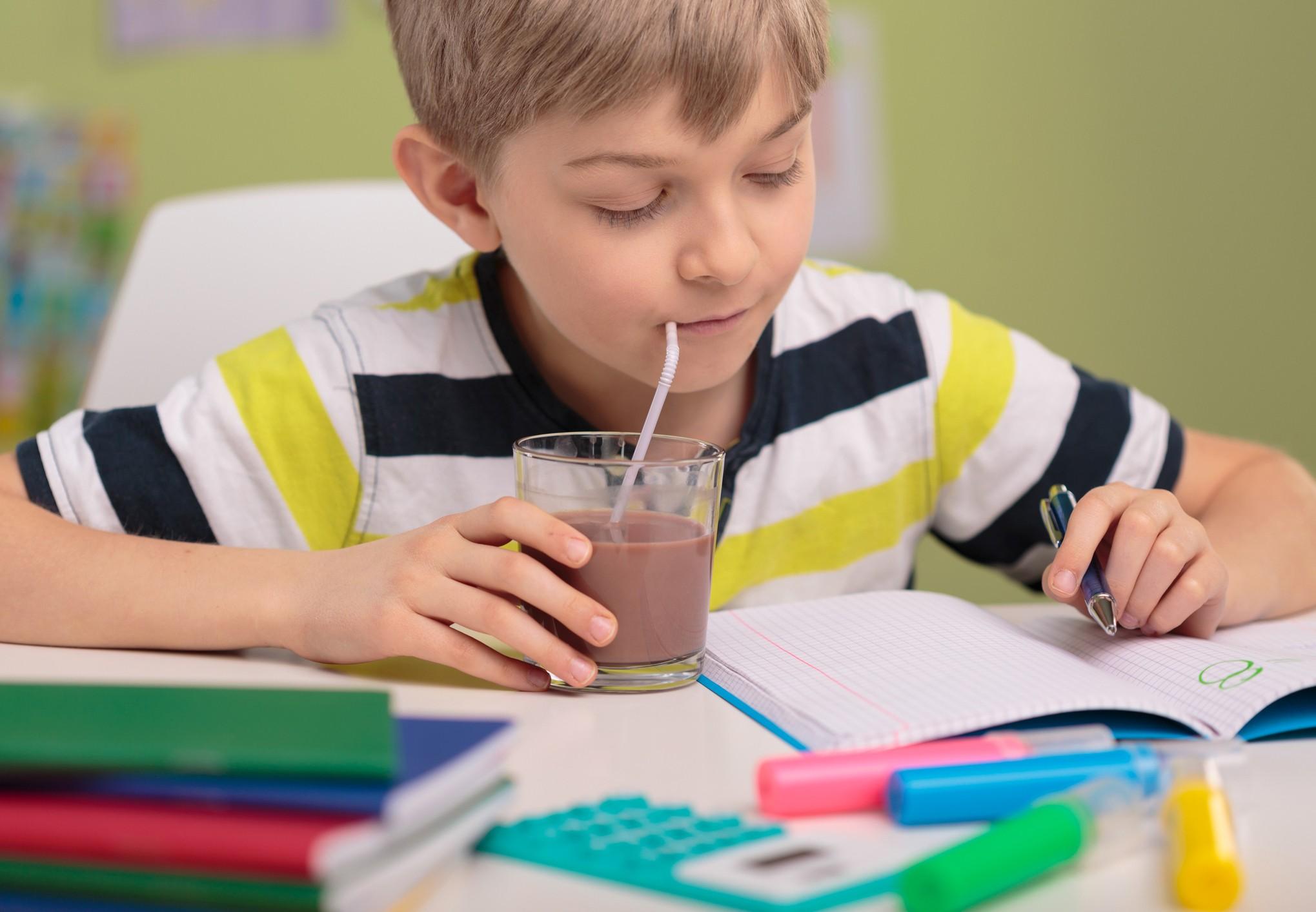 Criança tomando achocolatado (Foto: Thinkstock)