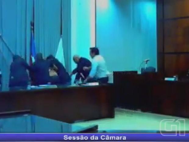Ex-prefeito invadiu o plenário após a sessão ter sido suspensa devido a discussão entre parlamentares (Foto: Portal Orlândia Online)