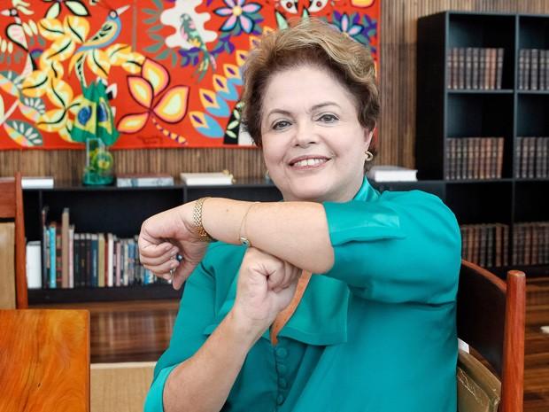 Dilma Rousseff enviou uma foto a internautas fazendo gesto que Neymar costuma fazer com os braços (Foto: Divulgação/Palácio do Planalto)