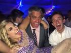 Raíssa Naves se diverte com o pai, Mauro Naves, em festa