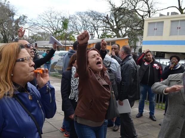 Funcionários fizeram manifestação em frente a casa de saúde (Foto: Sindisaúde/Divulgação)