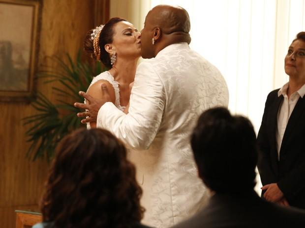 Xana e Naná selam casamento com beijo (Foto: Ellen Soares / Gshow)