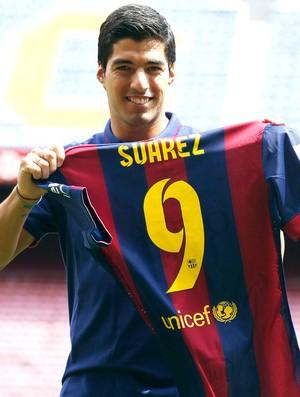 Luis Suarez apresentado no Barcelona (Foto: Reuters)