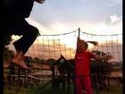 Ticiane Pinheiro brinca no pula-pula com a filha, Rafa Justus
